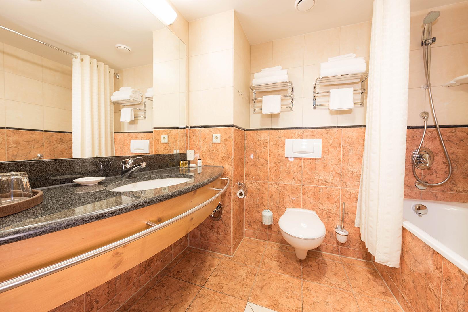 elr_room_bathroom_02_web.jpg